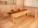 大きなベンチとテーブルのある家